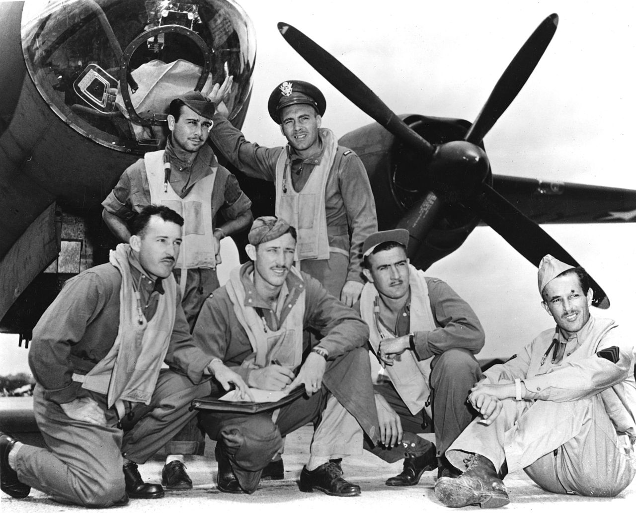 Crew_of_Lt._James_Muri_with_Martin_B-26_Marauder_at_Midway_in_June_1942.jpg